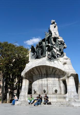 Fontanna-pomnik dr Bartolamew Roberta na placu Tetuan w Barcelonie. Publikacyjne