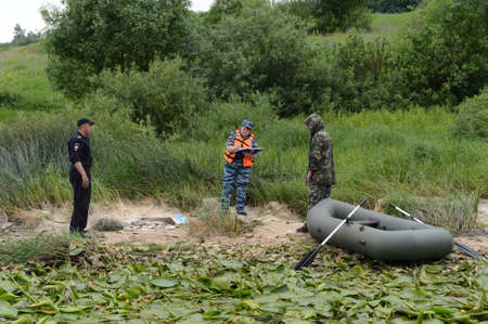 Police officers draw up a protocol for the man for poaching on the Oka River.