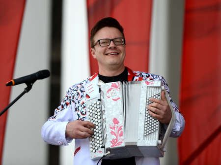 Russian musician, accordionist Sergei Voitenko speaks at a free concert in honor of the Victory Day. Stok Fotoğraf - 88660365