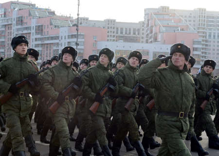 Servicemen with machine guns of the Great Patriotic War are preparing for the parade on November 7 in Red Square.
