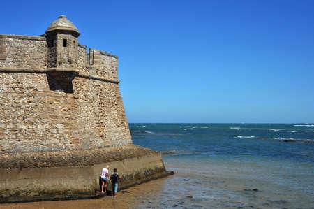 カディスの古代海洋都市の海岸にサンセバスチャンの要塞。