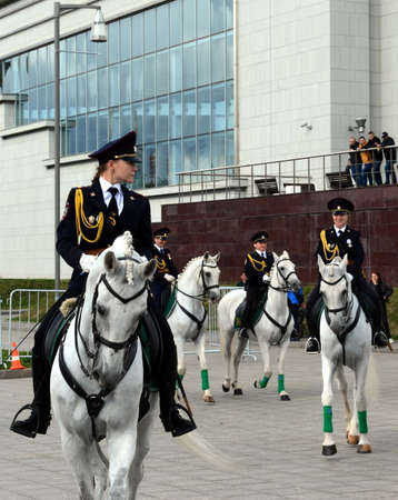 Girls - police cavalrymen show dressage on the Prospect Mira in Moscow. Éditoriale