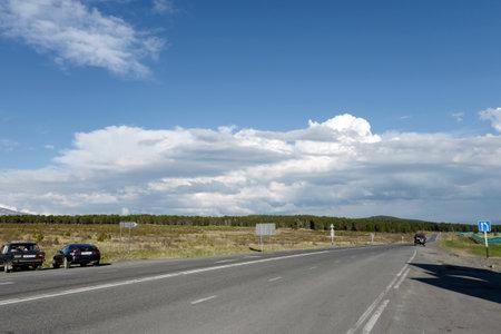 Tracto de Chui en el paso de Seminsky en las montañas de Altai