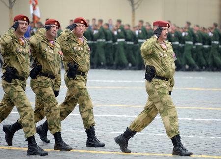 Der Kommandant einer separaten Division zu ihnen. Truppen der Dzerzhinsky-Nationalgarde