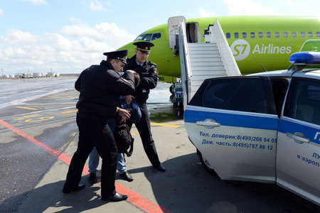 Transport police remove aviation rowdy from the plane at the airport Redakční