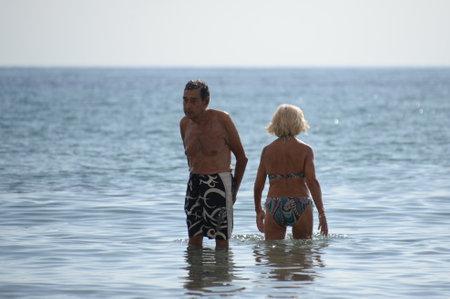 An unknown elderly couple resting on the Mediterranean Sea in Orihuela Costa. Spain 新聞圖片