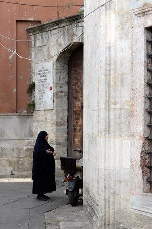 An elderly woman prays at the mausoleum on Jamia Kebir street in the Eyupsultan district of Istanbul 新聞圖片