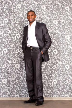 gl�cklich mann: Offizielles Portr�t von schwarzen jungen Mann