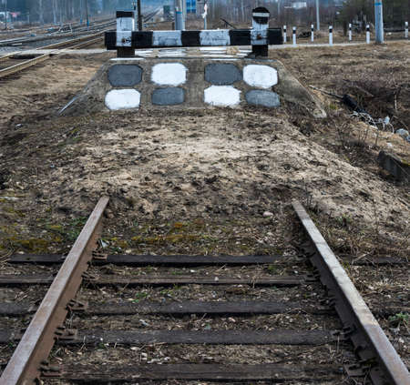 impasse: Railway impasse - rails included in bulk dam with a barrier