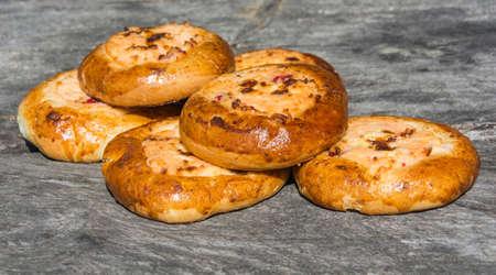aliments: D�licieux cheesecake d'or sur un fond de bois gris. Banque d'images