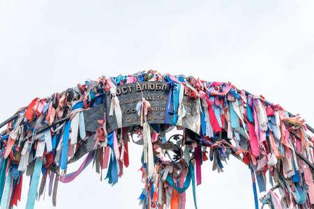 fidelidad: El arco en el puente de los amantes en Astrakhan, adornado con cintas de colores y cerraduras.