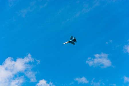 航空ショー: Flying aircraft against a beautiful sky on a Sunny day.