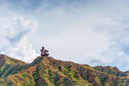 Monument manaschy Sayakbai Karalaev, cuentacuentos y narradores épicos se encuentra en lo alto de una montaña, Kirguistán. Foto de archivo