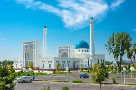 Beautiful white Minor mosque in Tashkent on a sunny day, Uzbekistan. Редакционное