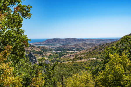Summer Crimean landscape with mountains and the sea on a sunny day, Crimea. Banque d'images