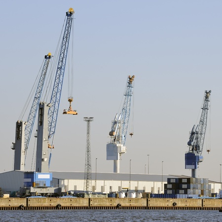 holgaz�n: Las gr�as de ocio en tiempos dif�ciles en el puerto contra el cielo azul claro, Hamburgo, Alemania
