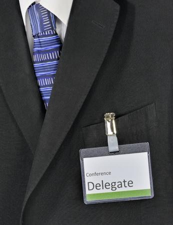 delegar: Primer en traje de negocios hombre y la insignia de delegado de la conferencia