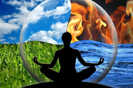 Vrouw yoga figuur in een transparante bol, samengesteld uit vier natuurlijke elementen water, vuur, aarde, lucht als een concept voor het regelen van emoties en macht over de natuur Stockfoto