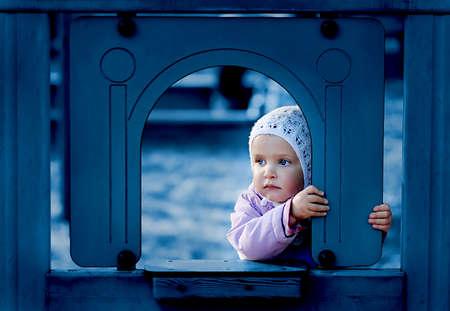 遊び場で若い女の子