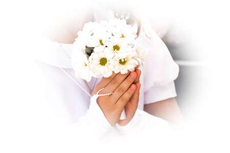 Mädchen im weißen Kleid am ersten heiligen Kommunion hält Blumen Standard-Bild - 28465288