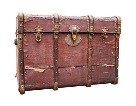 cofre del tesoro: Antiguo equipaje de viaje desgastado aislado en blanco. Sendero incluido. Foto de archivo