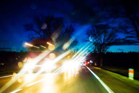 夜雨の道路上で車のトラフィック。夜車事故リスクの概念のための移動中に撮影。