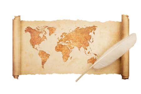 Antica, vecchia mappa del mondo su carta pergamena vintage isolata su sfondo bianco con piuma.
