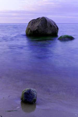 beach shingle: Mattina luce sull'acqua, con la spiaggia di ciottoli