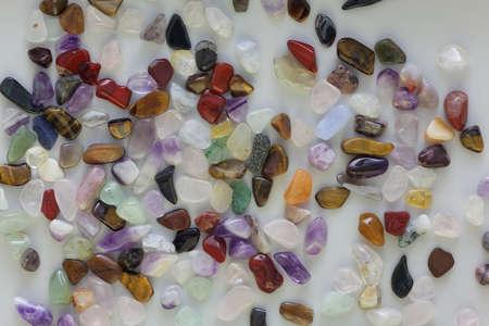 pietre preziose: Pietre preziose, semipreziose, che sono schegge e pezzi, lucidato a un vassoio di smistamento.