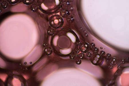 jabon liquido: jabón líquido rojo burbujas bajo el microscopio.