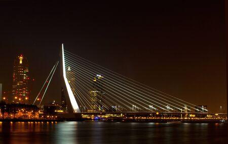 maas: Erasmusbrug in Rotterdam over de nieuwe maas, in het donker, ook wel de zwaan genoemd