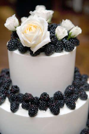 Kuchen-Decoraited mit schwarzen Beeren  Standard-Bild - 6867066