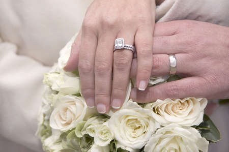 bride and groom holding hands together, Wedding rings Banque d'images