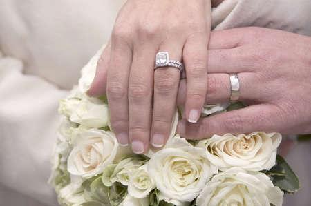 Mariée et le marié détenant des mains ensemble, bagues de mariage  Banque d'images - 6867077