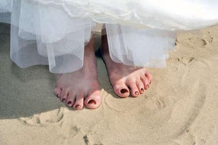 Barefoot bruid op het strand, zomer tijd Stockfoto
