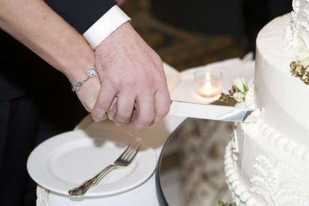 rebanada de pastel: pastel de boda y la novia y el novio con el cuchillo  Foto de archivo