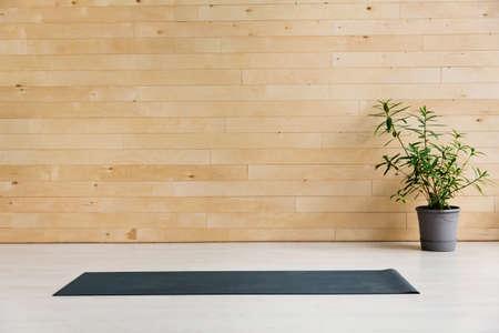 Lege yogamat op de vloer. Apparatuur voor yoga. Concept gezonde levensstijl healthy Stockfoto