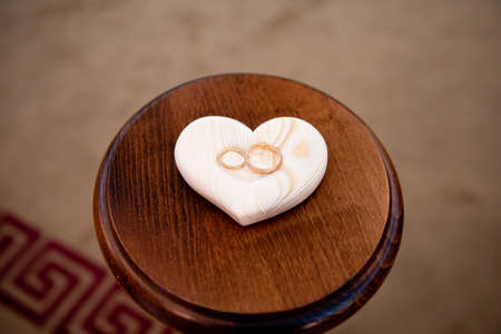 Par de anillos de oro para ceremonia de boda.
