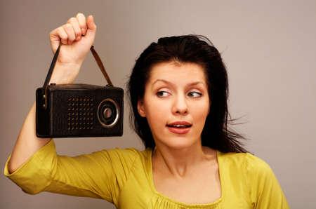 mujer joven escuchando la radio  Foto de archivo - 2797390