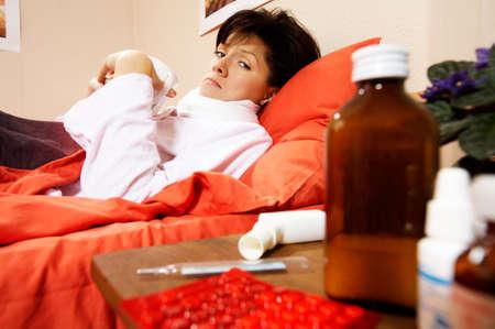 enfermedades mentales: j�venes caucasian mujer est� enferma. en el hospital