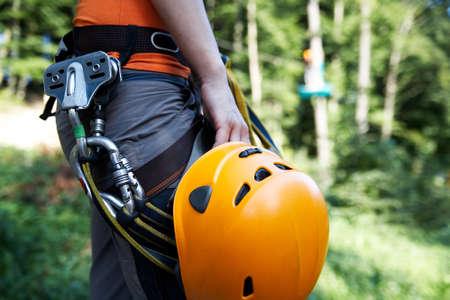 professionelle Kletterausrüstung mit Helm Rolle und Karabiner
