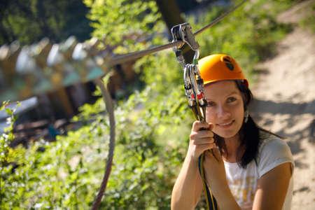 professionellen Kletterausrüstung mit Helm Riemenscheibe und Karabiner  Standard-Bild