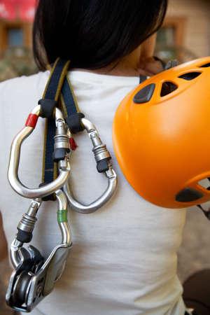 moschettone: professionista arrampicata attrezzi con casco puleggia e moschettoni