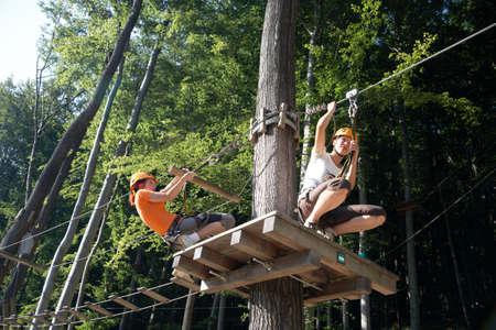 moschettone: professionista arrampicata attrezzi con casco puleggia e moschettoni Archivio Fotografico