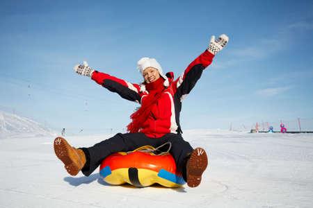 Caucasian Frau ist schnelle Downhill auf eine Innenrohres schieben.