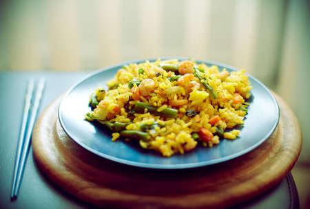 Spanischer Paella mit Meeresfrüchten in einem blauen Schale (flachen DOF)