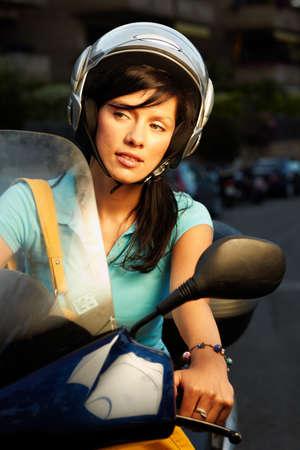 Junge caucasian Frau ist ein Fahrrad fahren.