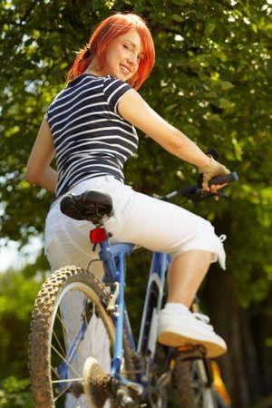 Montage: erwachsen frau l�chelnd Biker auf Montage-Fahrrad