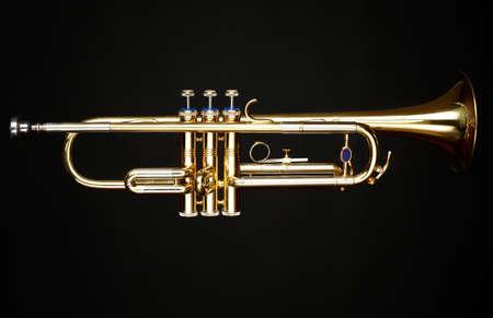 Messing Trompete auf schwarzem Hintergrund Standard-Bild