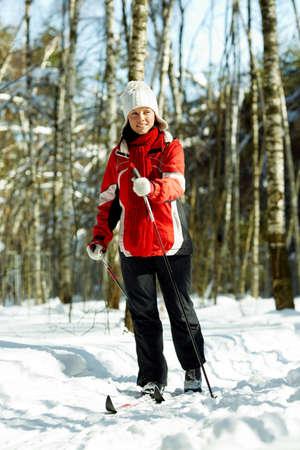 junge starke Frau ist Skifahren in der Gesamtstruktur Standard-Bild